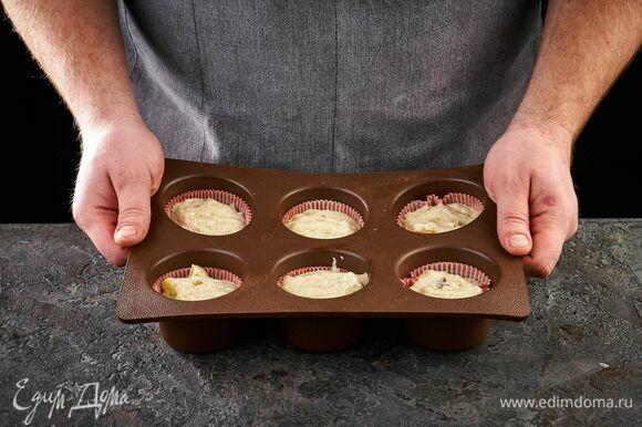 В формочки для маффинов выложите тесто.
