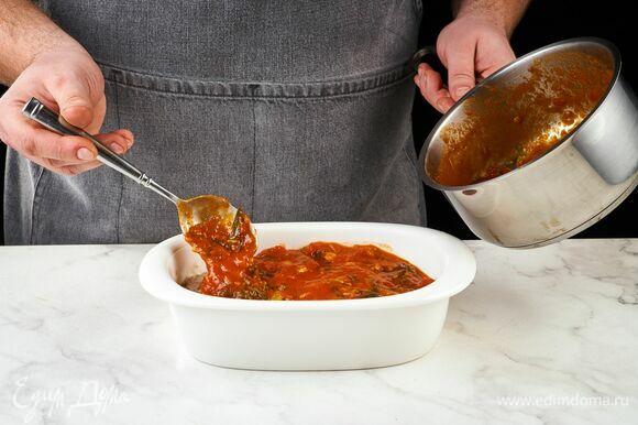 Переложите каннеллони в форму для запекания, полейте томатным соусом.