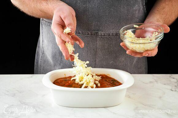 Посыпьте оставшейся моцареллой. Запекайте в духовке при 180°C около 20 минут.