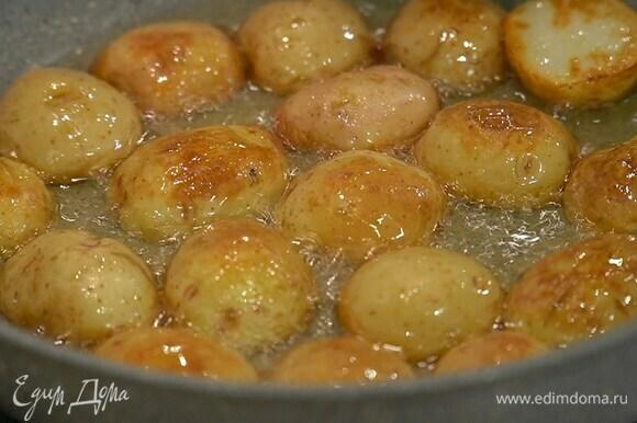 Разогреть в сковороде оливковое масло и обжаривать картофель до появления золотистой корочки, затем выложить на бумажное полотенце, чтобы удалить излишки масла.