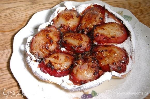 Пирог слегка остудить, затем перевернуть на тарелку и посыпать сахарной пудрой.