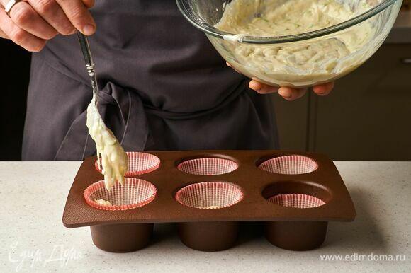 Выложите тесто в формочки для маффинов. Если используете металлическую форму, смажьте ее маслом.