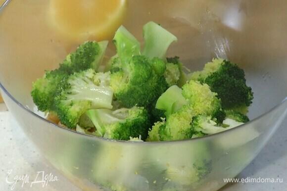 В глубокую миску выложить нут и брокколи, добавить цедру лимона, 1 ст. ложку лимонного сока, 1–2 ст. ложки оливкового масла и перемешать.