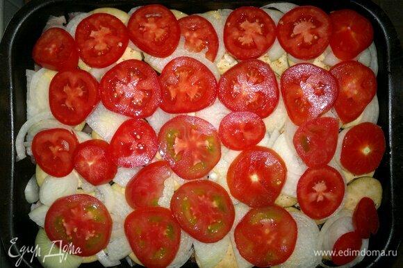 Выложить помидоры в форму, немного посолить, поперчить, сбрызнуть оставшимся растительным маслом. Форму накрыть фольгой и поставить в духовку, разогретую до 180°C , примерно на 1 час. За 8–10 минут до окончания приготовления фольгу снять и готовить дальше.