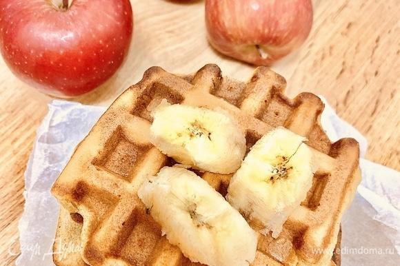 В каждый отсек вафельницы выложить по 1,5–2 ст. л. теста. Выпекать в вафельнице до готовности. К готовым вафлям можно подать фруктовые джемы, сгущенное молоко или шоколадную пасту. Приятного аппетита!