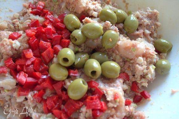 Я захотела также добавить перец кусочками и оливки.