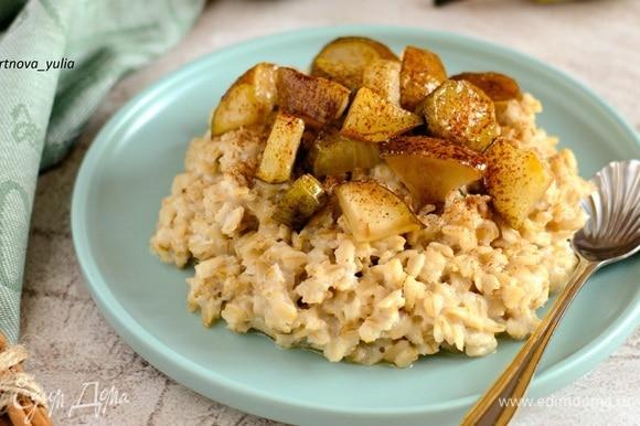 На тарелку выкладываем овсяную кашу, сверху — грушу. Посыпаем щепоткой корицы. Приятного аппетита!