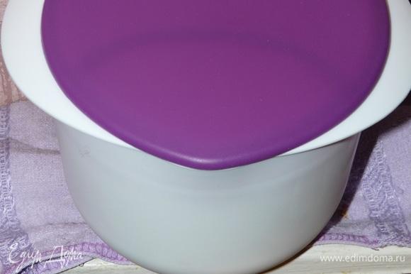 Переливаем горячее молоко в форму, где оно будет доходить. Добавляем лимонный сок и перемешиваем. Далее, помешивая, добавляем соль и сахар. Размешав, закрываем крышкой и ставим в теплое место (мой домашний радиатор позволяет это сделать на 24 часа).
