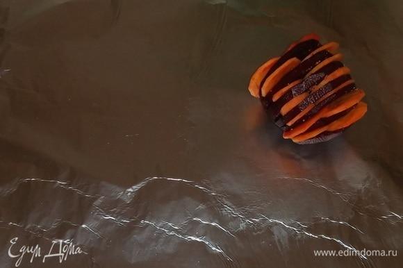 Взять пласт фольги, смазать часть растительным маслом. Положить на фольгу свеклу, фаршированную морковью.