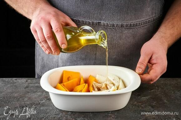 Сбрызните оливковым маслом. Запекайте в духовке при 180°C около 25 минут.