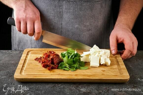 Вяленые помидоры нарежьте тонко, тофу нарежьте крупно, листья кинзы отделите от стебельков.