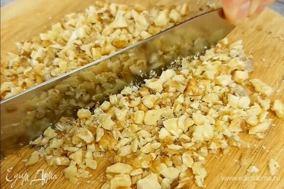 Орехи подсушиваем на сухой сковороде до румяности, рубим ножом.
