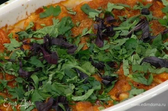 Кинзу, петрушку и базилик мелко порубить и посыпать запеченную фасоль.