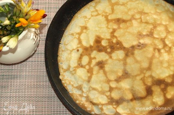 Сковороду очень хорошо разогреваем. Смазываем маслом при помощи кулинарной кисти. Немного уменьшаем огонь и выпекаем блины с двух сторон. Если у вас хорошая блинная сковорода, то смазать ее маслом достаточно один раз.