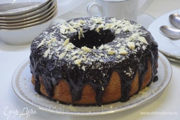 Готовый кекс полностью остудите. Приготовьте глазурь: измельченный шоколад со сливками растопите на водяной бане в однородную массу, добавьте сливочное масло, перемешайте и полейте кекс. По желанию можно посыпать белым шоколадом или кокосовой стружкой.