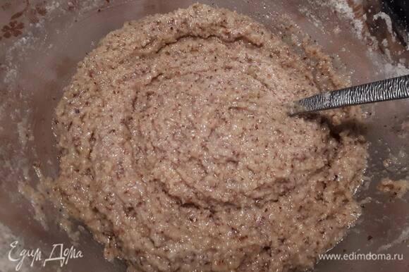 Влейте ликер (или сок), добавьте белки и аккуратно перемешайте ложкой до однородного состояния. Поставьте в холодильник минут на 20.