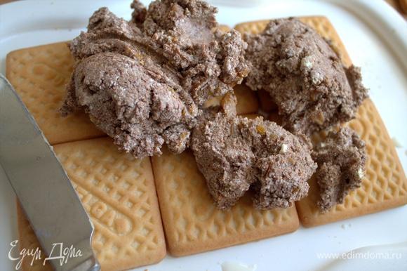 На печенье распределить половину коричневой начинки.
