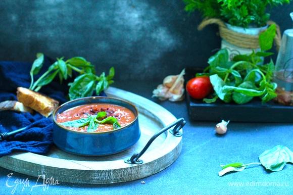 К такому супу прекрасно подойдут гренки из белого хлеба. Посыпать теплый суп ароматными травами, молотыми вялеными томатами, полить медом.