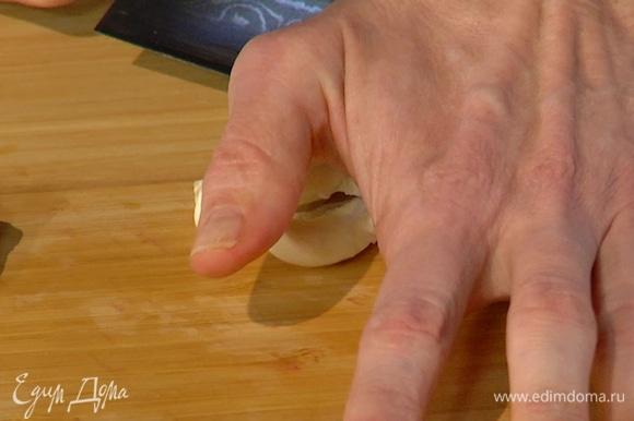 Почистить 4 зубчика чеснока и раздавить плоской стороной ножа.