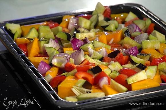 Выложить все овощи на противень, слегка посолить, полить 3 ст. ложками оливкового масла, сверху разложить веточки тимьяна. Запекать в разогретой духовке почти до готовности.
