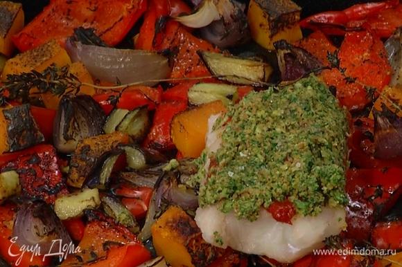 Когда овощи будут почти готовы, выложить на них треску и запекать еще минут 10, до готовности рыбы.
