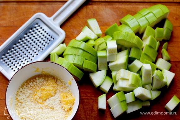 Цукини нарезать кубиками. Желтки смешать вилкой с тертым сыром, посолить и поперчить.