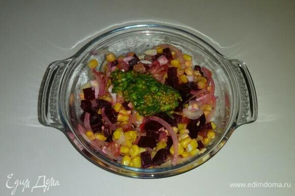 Заправляем салат заправкой и убираем в холодильник на 30 минут.