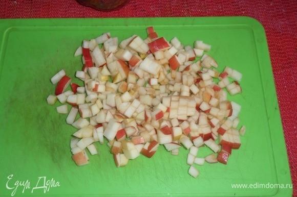 Готовим начинку. Яблоки нарезаем мелким кубиком.