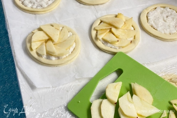 Сверху выложить очищенные пластинки яблок.
