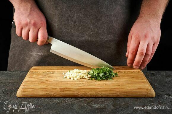 Чеснок, тимьян и базилик мелко порубите.