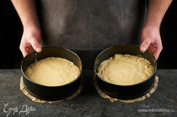 Дно двух форм диаметром 22 см застелите пекарской бумагой. Вылейте тесто и запекайте при 180°C около 30 минут, до сухой шпажки.