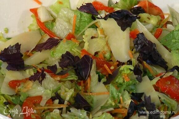 Салатный микс выложить в глубокую миску, добавить авокадо, вишню, фисташки, полить заправкой и перемешать.