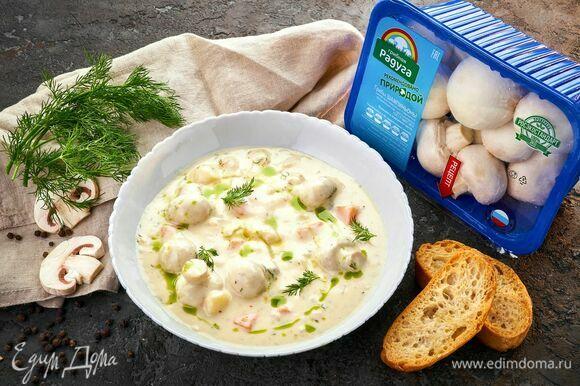 Подавайте суп с гренками.