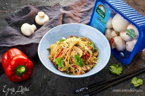 Семена белого кунжута подсушите на сухой сковороде до румяности. Посыпьте готовое блюдо и подавайте.