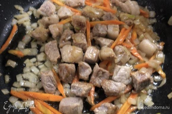 Прогрейте сковороду, добавьте масло, ароматизируйте чесноком и перцем чили, обжарьте свинину, нарезанную кубиком, до образования золотистой корочки. Посолите, поперчите, уберите чеснок, добавьте мелко нарезанный лук и нарезанную длинным брусочком морковь...