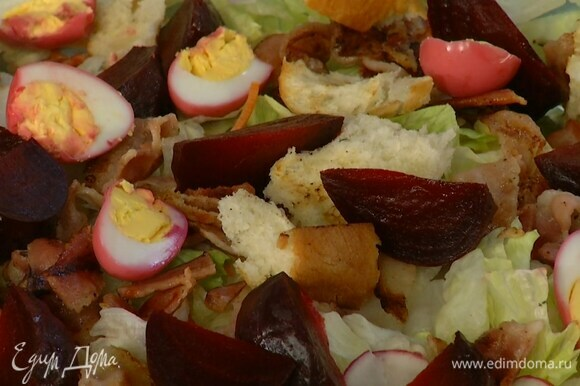 Салатный микс выложить на большую тарелку, сверху разложить грудинку, свеклу, крутоны и разрезанные пополам яйца.