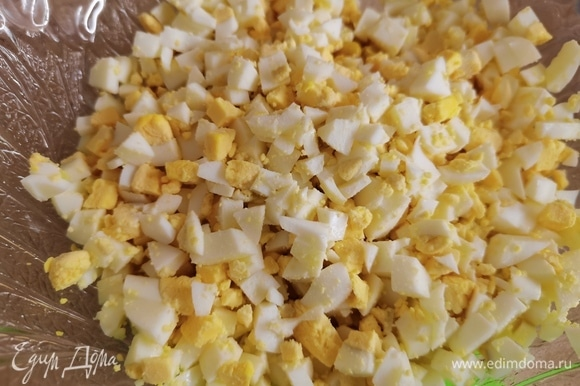 Яйца отварить и нарезать кубиками.