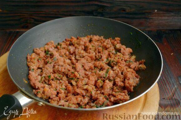 Мясо немного уменьшится в объеме (ужарится), благодаря паприке, травам и чесноку приобретет очень красивый цвет.