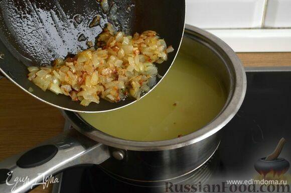 Добавьте обжаренные лук и чеснок, доведите до кипения и варите 2–3 минуты.