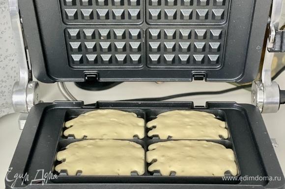 Яйца взбить миксером с сахаром в пышную пену. Добавить кефир комнатной температуры, еще раз взбить до однородности. В отдельной миске смешать сухие ингредиенты (мука, соль, 1 ч. л. соды без горки). Перемешать и просеять. Добавить сухие ингредиенты ко взбитой массе и еще раз взбить до однородности, чтобы не было комков. В последнюю очередь добавить растопленное сливочное масло (не горячее), взбить до объединения. Готовое тесто отставить на 20 мин.