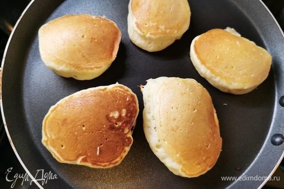 Разогреть сковороду с антипригарным покрытием. Выкладываем тесто ложкой, ничем не смазываем! Жарим оладьи с двух сторон до румяной корочки под закрытой крышкой.