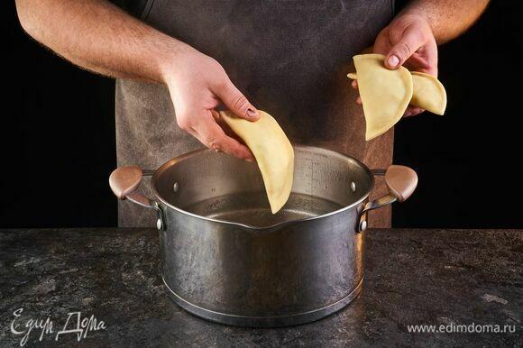Варите вареники в подсоленной воде 5–6 минут.