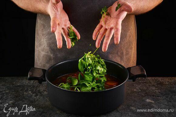 Для подачи отложите несколько листьев шпината, растопите сливочное масло, добавьте чеснок, томите 5–7 минут на слабом огне.