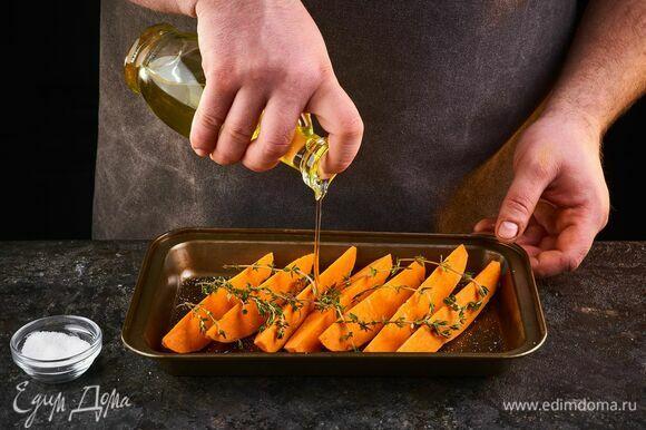 Выложите на противень. Посолите, добавьте тимьян, полейте растительным маслом. Запекайте в духовке, разогретой до 180°С, около 25 минут.