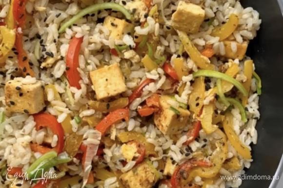 Готовый рис перекладываем к тофу с овощами и перемешиваем. Украшаем луком-пореем и кунжутом. Приятного аппетита!