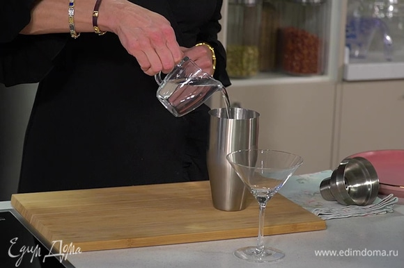 Лед, джин, коричневый сахар и сок лайма соединить в шейкере, все тщательно взболтать.
