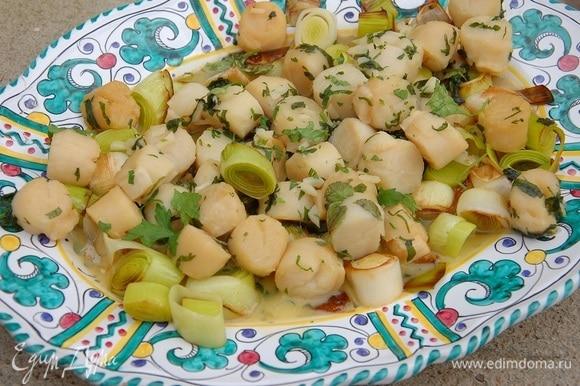 Готовые гребешки и порей выложить на блюдо и посыпать оставшейся петрушкой.