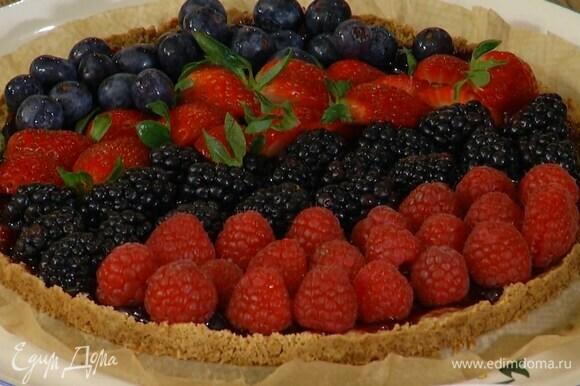 Клубнику разрезать на 4 части и украсить готовый пирог всеми ягодами.