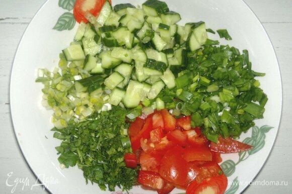 Нарезанные овощи и зелень выложить в миску.