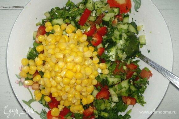 Добавить кукурузу в миску с овощами и зеленью, перемешать.